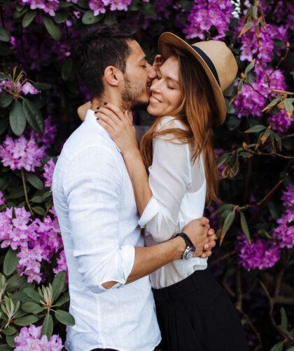 пара обнимается