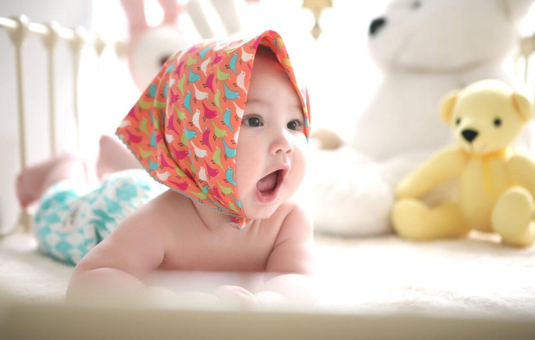 малышка в манеже