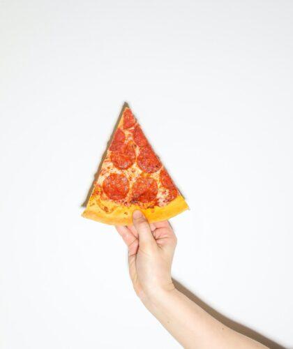 кусочек пиццы в руке