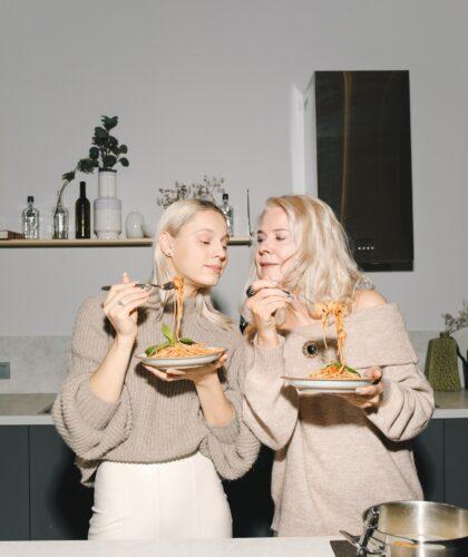 две девушки с едой