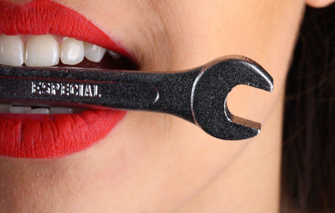 гаечный ключ во рту