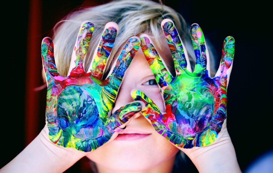 у ребенка краска на руках