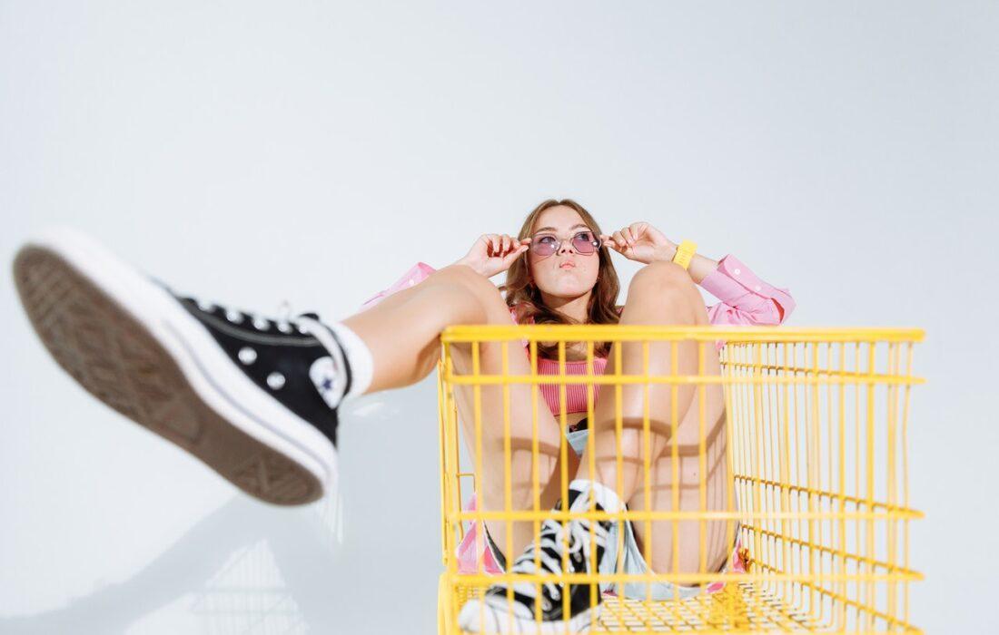 девушка в продуктовой тележке
