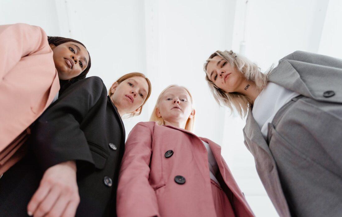 девушки смотрят свысока