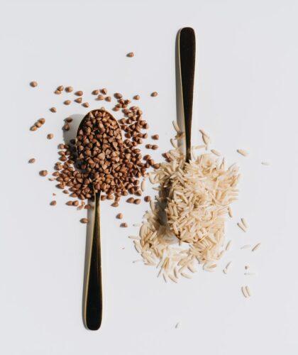 гречка и рис на ложках