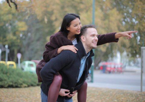 девушка на спине парня