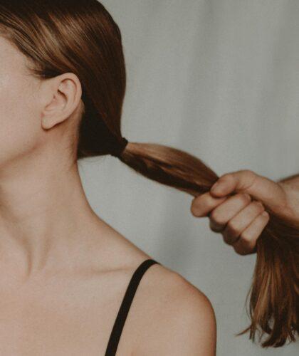 парень держит девушку за волосы