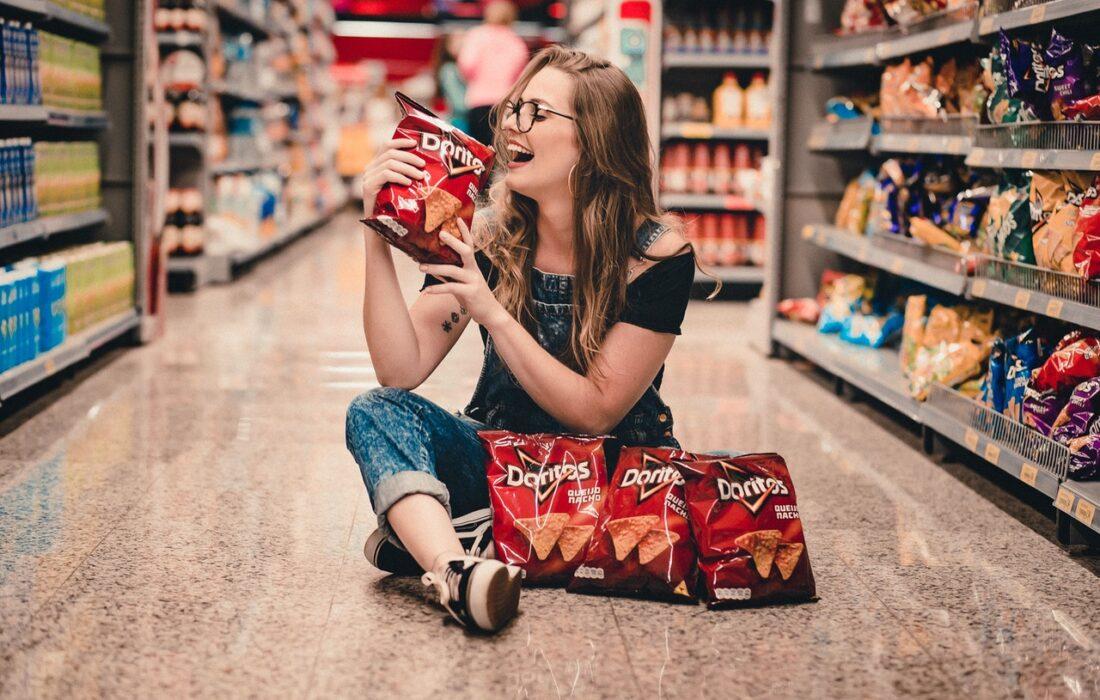 девушка с чипсами