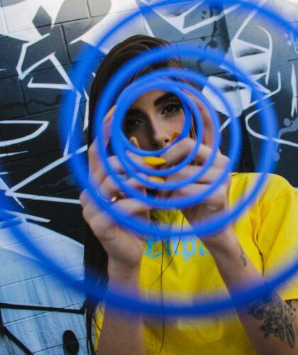 девушка за кругами