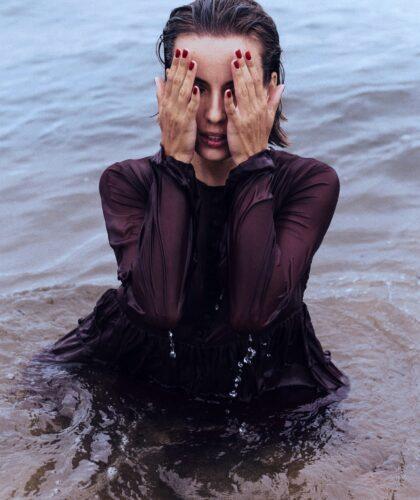 девушка в воде