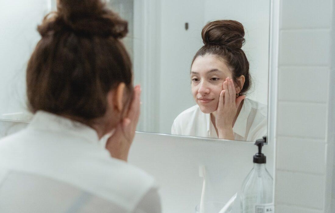 девушка напротив зеркала