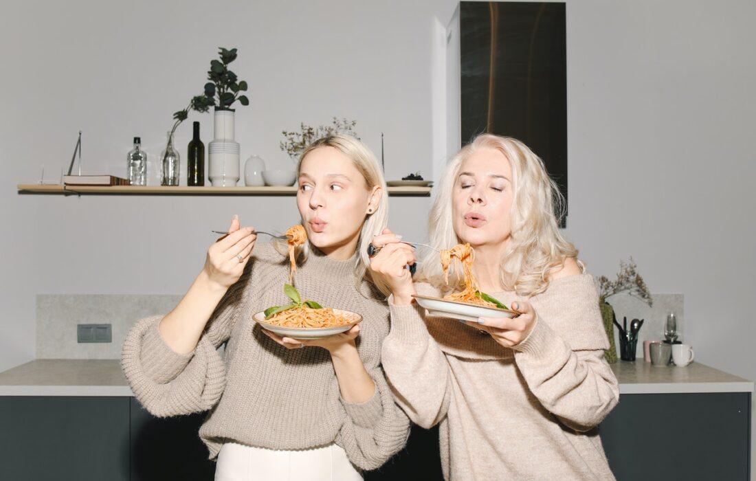 девушка и свекровь кушают