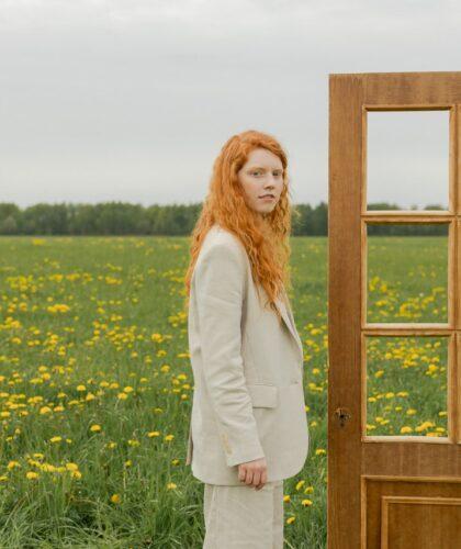 девушка с дверью в поле