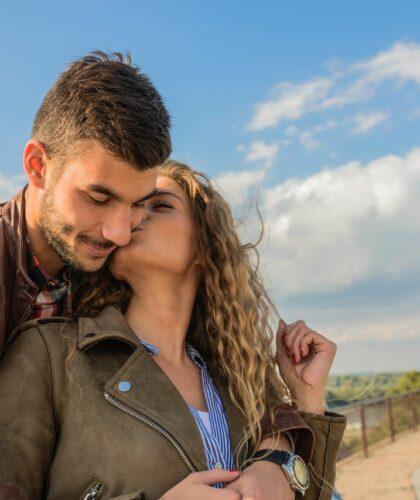 девушка целует парня
